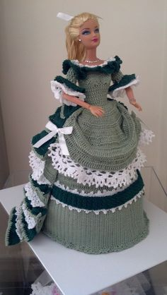 Probably the nicest Crochet Barbie doll dress I've seen so far! Crochet Doll Dress, Crochet Barbie Clothes, Knitted Dolls, Barbie Patterns, Doll Clothes Patterns, Clothing Patterns, Barbie Gowns, Barbie Dress, Barbie Doll