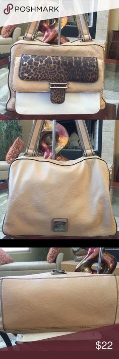 Jessica Simpson Handbag Beautiful Jessica Simpson Handbag in great condition. Jessica Simpson Bags Shoulder Bags