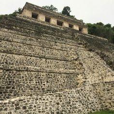Piedra sobre piedra se levantó, hace cientos de años, la increíble #Palenque, una ciudad maya en #Chiapas llena de edificios y pirámides.