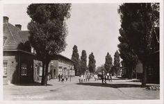 Engerstraat (foto ± 1948): Gezien vanuit de Treebeekstraat. Bij het torentje links is de ingang van het voetbalterrein van de 'Sportclub Emma'.