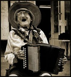 Pictures of funny old people give us all a reality check that we're getting there quick. These old people are full of life as they are heading down the home stretch. Funny Old People, Old Folks, We Are The World, People Of The World, Old Photos, Vintage Photos, Funny Photography, Singing In The Rain, Woman Singing
