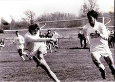 Lugg Ehardsberger in Aktion. Umrahmt von Alex Grellmann. Im Hintergrund beobachten der Goalie Flori und Roland Steigenberger die Szene.