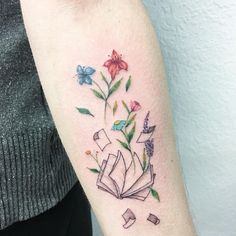 blühendes Buch #Tattoo #Buchliebe #Bücher #Literatur #Zitat #booknerd #Buch #lesen #Lieblingsbuch #Blumen #Blüten #bunt #Farbe #Seiten #aufgeschlagen #Arm #Unterarm