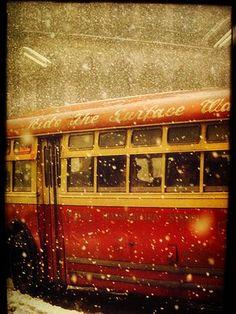 Saul Leiter est un photographe américain. Il a été l'un des pionniers de l'utilisation de la couleur dans le reportage de rue.