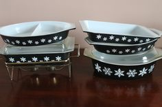 The Pyrex Collective: Charcoal Snowflake...I've got the divided casserole.....now I need the rest!
