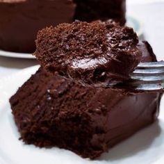 There's nothing fancy about this homemade chocolate cake recipe – just basic ingredients and a killer flavor that will have you begging for seconds. This easy recipe uses coffee (to enhance the chocolate flavor) and oil instead of butter (to make a moist, Chocolate Cake Video, Best Chocolate Cake, Chocolate Recipes, Chocolate Buttercream, Buttercream Frosting, Decadent Chocolate, Homemade Chocolate Cakes, How To Make Chocolate Cake Recipe, Chocolate Birthday Cakes