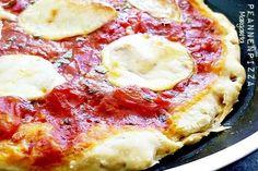 Pfannenpizza Margarita  150 g Mehl, glatt 1 TL Backpulver 2 EL Olivenöl ca. 75 ml Wasser 2 EL Tomatenmark 2 Tomaten Salz, Pfeffer Oregano, getrocknet Basilikum, getrocknet 1/2 Kugel Mozarella