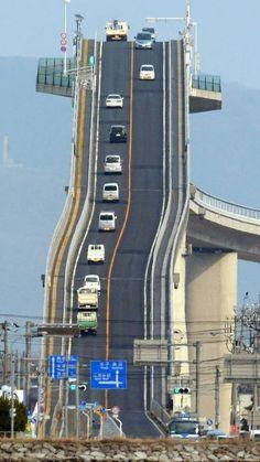 Photo Véronique L -     J'espère que vos freins sont bien réglés? Etonnant ce pont ! Il s'agit du Eshima Ohashi Bridge. Il se trouve au Japon.