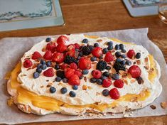 Per Morbergs Pavlovatårta med lemoncurd Whole Food Recipes, Cake Recipes, Dessert Recipes, Cooking Recipes, Desserts, Simple Recipes, Pavlova, Pop Tarts, Grandma Cookies