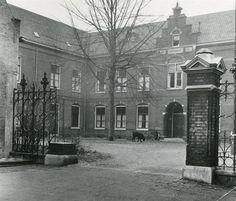 Geschiedenis van Vlaardingen - Weeshuisplein, het Weeshuis met toegangshekken