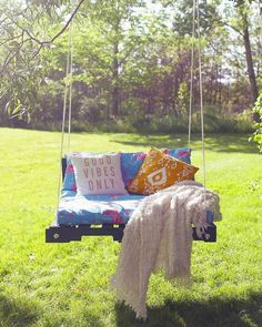 Build a Wooden Porch Swing With These Free Plans: Outdoor Pallet Swing Plan from The Sorry Girls You'll find 13 free DIY porch swing plans here that include diagrams, color photos, shopping lists, cut lists, and step-by-step instructions. Hanging Porch Bed, Porch Swings, Tree Swings, Garden Swings, Pallet Exterior, Outdoor Living, Outdoor Decor, Outdoor Pallet, Diy Pallet