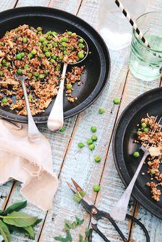 Taboulé printanier au quinoa (2-3p) : Rincez 250g quinoa, égouttez-le. Cuire dans eau bouillante salée 15 mn. 5 mn avant fin cuisson, ajoutez 150g petits pois. Égouttez et refroidir. Ajoutez 50g tomates confites en dés, 1/2 chou rave (ou concombre) pelé et en dés, zestes et jus d'1 citron frais, les herbes fraiches ciselées (menthe, basilic), l'huile et la sauce tamari. Ajustez l'assaisonnement avec du sel. Laissez mariner au frais 2 h mini puis dégustez bien frais. Cereals And Pulses, Chou Rave, Vegan Lunch Box, Vegetarian Recipes, Healthy Recipes, Lunches And Dinners, Finger Foods, Food Dishes, Quinoa