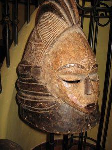 """""""Máscara  Sowei (Mende). (Sierra Leona y Liberia) Son mascaras yelmo, realzadas en negro, son hecha por hombres, pero las utilizan las mujeres, un hecho excepcional en África. Sugieren la fecundidad.  Se utilizan en las  ceremonias de escisión femenina."""""""