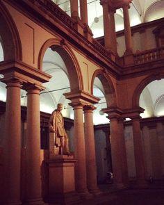 È sempre bello tornarci.  #brera #pinacotecadibrera #Milano  #edificio #cortile #portici #statue #arte #building #court #porches #statues #art #notte #luci #ombre #night #lights #shadows  #igersitalia #igersmilano #volgomilano #whywelovemilano #loves_milano #milanodavedere #milano_go #milano_forever #conlaverdipermilano #IlaVerdi #IlaBarocca by thegianaz