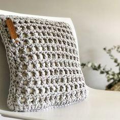 El súper tutorial Foto a Foto que estábais esperando. Cómo hacer un bolsazo de Trapillo Crochet Home, Love Crochet, Learn To Crochet, Knit Crochet, Crochet Cushions, Crochet Pillow, Hand Embroidery Patterns, Crochet Patterns, Knitted Blankets