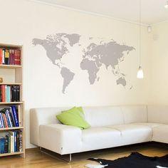 Samolepka mapa světa nalepená na zdi v obýváku