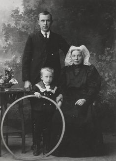 Only the woman is wearing a traditional costume. Circa 1910 Dutch family of Heerjansdam. Is the little boy in the cute sailor suit holding a small hula hoop? Mourning Dress, Dutch People, Dutch Women, After Life, Folk Costume, Old Pictures, Folklore, Vintage Images, Alter