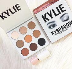 pinterest: bellaxlovee ✧☾ Paleta Kylie, Bronze Palette, Eyeshadow, Blush, Make Up, Beauty, Eye Shadow, Rouge, Eye Shadows