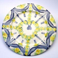 Alle Platzteller der Familie BlueHoria-Berdea! Die Blau-Gelb-Grüne Designfamilie von Unikat-Keramik. Das wohl einzigartigste Keramik Geschirr der Welt! Boho Shorts, Plates, Tableware, Women, Fashion, Blue Yellow, Unique, Dishes, World