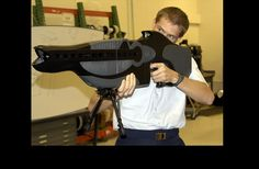 El rifle PHASR es capaz de cegar y desorientar a cualquier persona a su alrededor. Ya que la técnica de cegar a los enemigos fue prohibida por la ONU en 1995, el rifle causa una ceguera temporal. El sistema usa un láser para calcular la distancia con el objetivo y asegurar que a esa distancia mantendrá sus características.