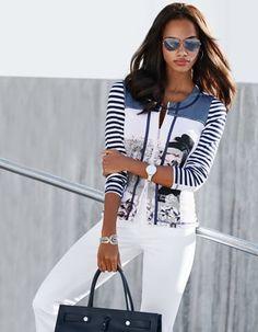 Leichte, bedruckte Damen Shirtjacke mit Reissverschluss und Ringeln, Jeans mit geradem Bein, Damen Pilotenbrille mit getönten Gläsern, Armspange in geschwungener Form