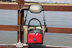 Borsa in vela da regata kevlar/carbonio con moschettone originale e tasca rossa  #sail #madeinitaly #handmade #lignano #vela #borsevela  #fattoamano #riciclo #riciclocreativo #upcycling #carbon #kevlar #red