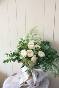 エバーグリーン花日記:ユーカリとフェアビアンカのクラッチブーケ。 摘み取った花をまとめたように、 ざっくりと自然な感じに束ねて。