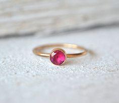 D E S C R I P T I O N: ___________  Anillo de oro hermoso rubí. laboratorio 5mm creado ruby elegantemente situado en una copa de oro sólido de 14 k. Oro banda lleno es de 1,3 mm y pulida para un acabado de alto brillo.  ** Por favor, ver foto 3 y 4 que muestra cómo puede utilizarse este anillo apilados con una banda de martillado simple, también disponible en nuestra tienda: www.etsy.com/listing/463446112/one-gold-filled-hammered-band-ring-gold  D E T A I L ES: __________  -rub...