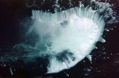 Embora não seja excepcionalmente alta, as Cataratas do Niágara são muito largas, sendo facilmente a mais volumosa queda d' água localizada na América do Norte. Quando o volume de água é alto, cerca de 168 mil m³ de água cai das quedas cada minuto. Vista aérea das Cataratas do Niágara, do lado canadense, Cataratas da Ferradura.  Fotografia: Zwergelstern.