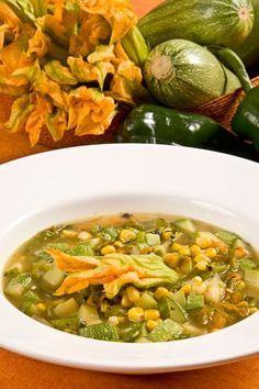Rica y nutritiva combinación de ingredientes mexicanos. Sopa de milpa