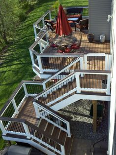 Trex Deck with with vinyl rails and black aluminum balusters and Trex Transcends rail cap. Deck Railing Design, Backyard Patio Designs, Deck Railings, Wood Deck Designs, Stair Design, Vinyl Railing, Deck Skirting, Deck Colors, Deck Stairs