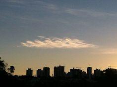 Esta curiosa firmação apareceu no céu de Londrina, cidade do norte do Paraná, em 1 de maio de 2015 e foi fotografada por Fernanda S. Trento.