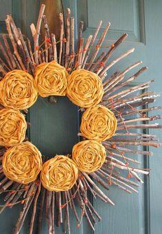 couronne d'automne artisanale faite de brindilles et de fleurs décoratives en jaune - idées DIY