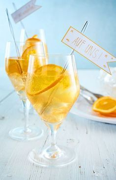 Orange Spray Recipe DELICIOUS - The perfect drink for Year's Eve Cheers! -Lillet Orange Spray Recipe DELICIOUS - The perfect drink for Year's Eve Cheers! - Gold Rush Cocktail - Bourbon, honey, and lemon juice make a smooth and simple coc. Thanksgiving Drinks, Fall Drinks, Summer Cocktails, Refreshing Cocktails, Drinks Alcohol Recipes, Non Alcoholic Drinks, Cocktail Recipes, Biscuits Végétaliens, Lillet Berry