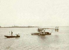 Charles Lindbergh ( 1902 -1974), werd in Detroit geboren en werd wereldberoemd doordat hij als eerste piloot solo en non-stop over de Atlantische oceaan vloog, van New -York naar Parijs op 20 en 21 mei 1927.  Charles Lindbergh in Paramaribo,  Suriname in 1929, ervoor vaart een bootje waarin Lindbergh staat...collectie : Het Leven .