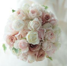ラウンドブーケ 白とセピアピンク : 一会 ウエディングの花