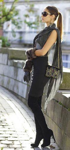 Botas, medias o leggings, falda negra, bufanda larga