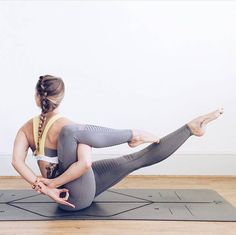 @Catmeffan stretching it out in the Paddle Fast 2 Bra & Moto Legging.#aloyoga #beagoddess