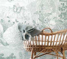 Dit bos vol dieren is een klassiek Toile de Jouy behang in een nieuw jasje. Het ontwerp geeft een mooi doorkijkje in het bos en er is genoeg te ontdekken voor je kindje; de grote beer met wasbeer en vogel op z'n rug, het vosje dat toekijkt en de herten die genieten in de zon. Hier en daar zie je een eekhoorn, een vlinder en een vogel! Verkrijgbaar in 5 prachtige kleuren. Nursery Rhymes, Nursery Decor, Kids Inspire, Nursery Wallpaper, Woodland Baby, Decoration, Bassinet, Baby Room, Baby Shower Gifts