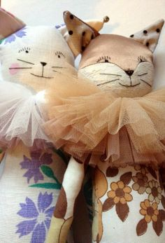Loving these vintage fabric cuties with tulle neck ruffles. Aptly named Sam Cat and Sasha Fox by Alice Mary Lynch