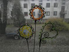 Some flowerpot ornaments made from wire and beads. Easy Garden, Garden Ideas, Unique Gardens, Garden Features, Growing Flowers, How To Make Ornaments, Big And Beautiful, Suncatchers, Kids Gifts