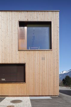 la forme urbnite Turning Your House Into A Garden Home If you're like many homeowners, you have a bl Tiny House Cabin, Tiny House Design, Hermann Kaufmann, Exterior Wall Cladding, Wooden Facade, Garden Studio, Dream House Exterior, Roof Window, Facade House