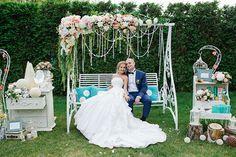 Романтическая свадьба на качелях, жених и невеста