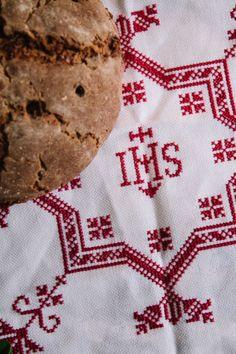 Brotkorbdecke in Damast-Qualität mit IHS-Zeichen und Ranken. Das Muster ist in den Stoff eingewebt und einfach mit dem Garn nachzusticken.  #servusmarktplatz #brotkorbdecke #selbersticken #ihs #madeinaustria #weißkirchen
