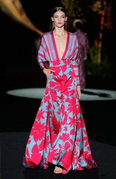Vestidos de Fiesta Colección Primavera Verano 2020 Hannibal Laguna ✫♦๏༺✿༻☘‿MO Aug ‿❀🎄✫🍃🌹🍃🔷️❁`✿~⊱✿ღ~❥༺✿༻🌺♛༺ ♡⊰~♥⛩⚘☮️❋ Fashion Mode, Boho Fashion, Fashion Dresses, Fashion Design, Robes Glamour, Elegant Maxi Dress, Types Of Dresses, Mode Inspiration, Mode Outfits