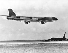 B-52G_landing_at_Andersen_AFB_Dec_1972.JPEG (3000×2372)