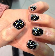 Super simple daisy nail art that almost anyone could do, I'm sure. Just buy a white nail art pen from Model's own and dot the petals onto black nail varnish. Then take a cocktail stick (or yellow nail art pen) to dot the yellow middle bit!