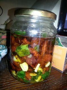pomodori seccati e fatti sottolio con basilico ed aglio