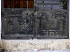 Cacería Tipográfica N° 399: Iniciales LD en la puerta de una casa en la avenida Lima, Vallecito, Cercado de Arequipa.