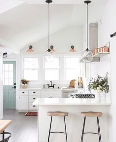 Obsessions: 13 Incredibly Cool Kitchens (For Every Style) A modern farmhouse kitchen Inspiration for your home. A modern farmhouse kitchen Inspiration for your home. Farmhouse Kitchen Inspiration, Farmhouse Style Kitchen, Modern Farmhouse Kitchens, Home Decor Kitchen, Interior Design Kitchen, New Kitchen, Cool Kitchens, Kitchen Ideas, Studio Kitchen